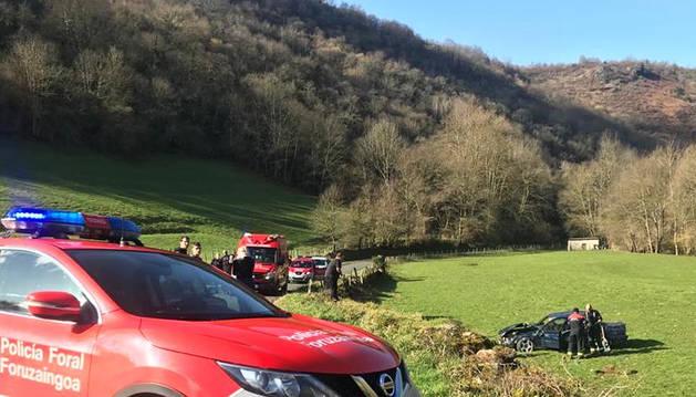 Patrullas de la Policía Foral y una ambulancia en el lugar de los hechos tras producirse el accidente.