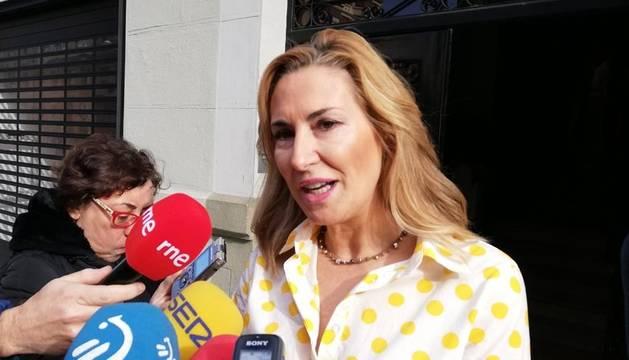 Ana Beltrán, antes del comienzo de la jornada de trabajo con concejales del PP en Navarra.