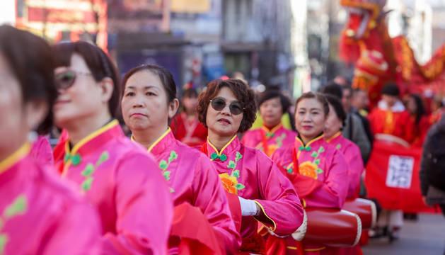 Foto del pasacalles multicultural en el barrio de Usera (Madrid) con motivo de la celebración del Año Nuevo Chino.