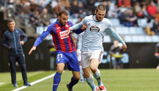 Pedro León y Okay disputan un balón en el Celta-Eibar de LaLiga Santander.