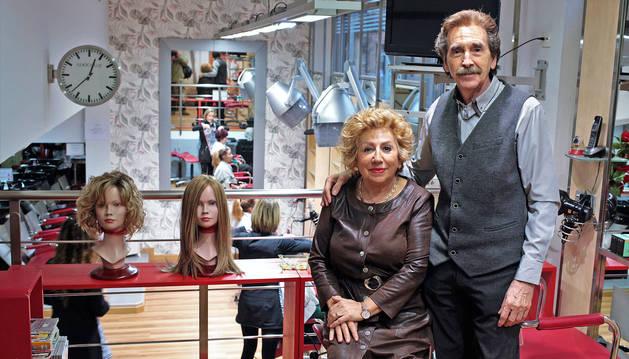 Foto de Gloria Otín y Patxi García en la peluquería y salón de belleza situado en la avenida Pío XII número 4.