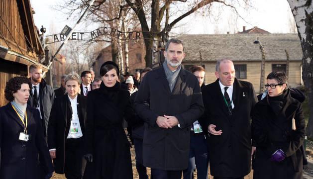 Un momento de la visita de los Reyes de España al campo de concentración de Auschwitz.