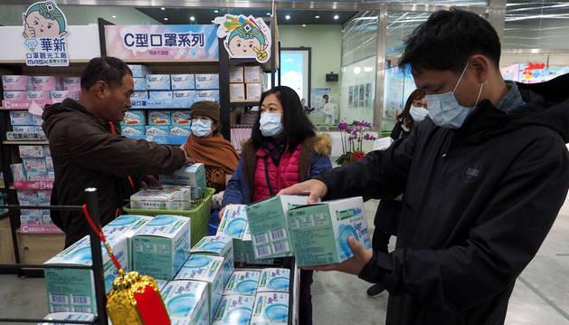 Foto de personas comprando mascarillas en Taiwan para hacer frente al coronavirus.