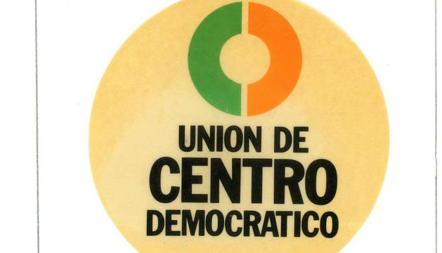Foto de una pegatina del partido Unión de Centro Democrático.