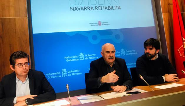 Aierdi, junto al director general Eneko Larrarte y el director del Servicio de Vivienda, Javier Etayo.