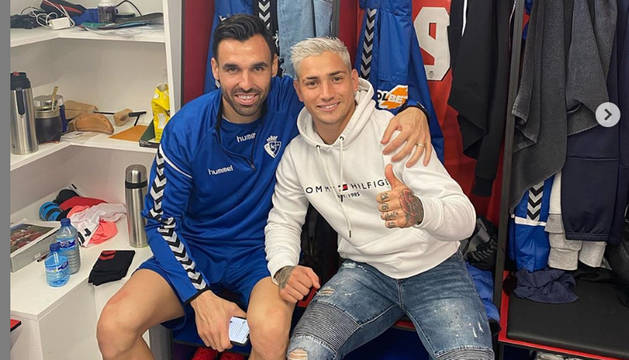 Enric Gallego y el Chimy Ávila, en el vestuario de Tajonar el primer día de entrenamiento del delantero cedido por el Getafe.