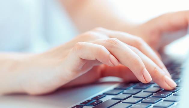 Foto de una mujer haciendo una consulta on line