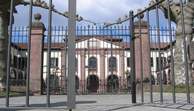 Imagen del acceso a la residencia Francisco Joaquín Iriarte, de Elizondo.