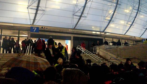 Problemas en la entrada a Anoeta para los osasunistas desplazados hasta San Sebastián. Firma: LVR.