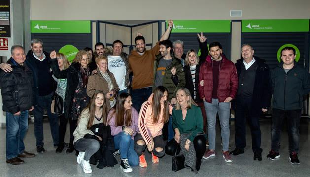 El aeropuerto de Noáin fue el escenario del reencuentro de la familia y amigos de Iosu Goñi con el bicampeón de Europa.
