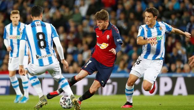 Foto de Marc Cardona disputando un balón con Ander Guevara, en el partido de Copa entre Real Sociedad y Osasuna.