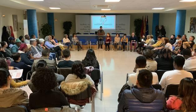 Foto de grupo del consejero Santos y los y las asistentes a la reunión.