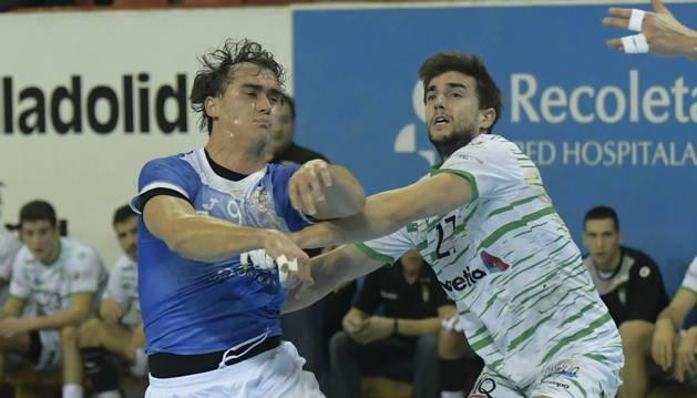 Foto de Pere Vaquer tratando de frenar el avance de un jugador del Valladolid durante el partido que este jueves disputó el Helvetia Anaitasuna.