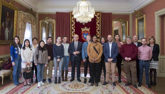 Un momento de la visita de los estudiantes junto al alcalde de Pamplona, Enrique Maya.