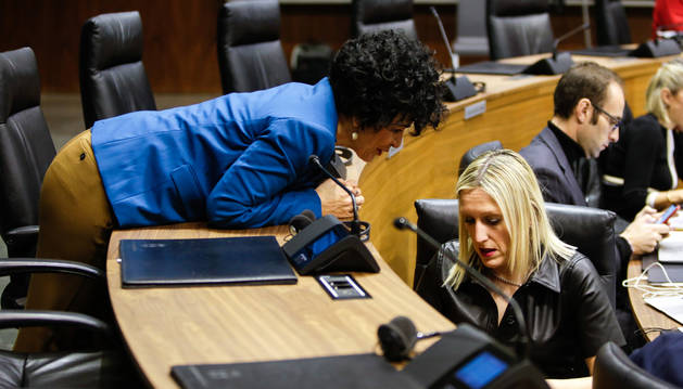 Las socialistas Inma Jurío y Virginia Magdaleno durante el pleno de este jueves 30 de enero.