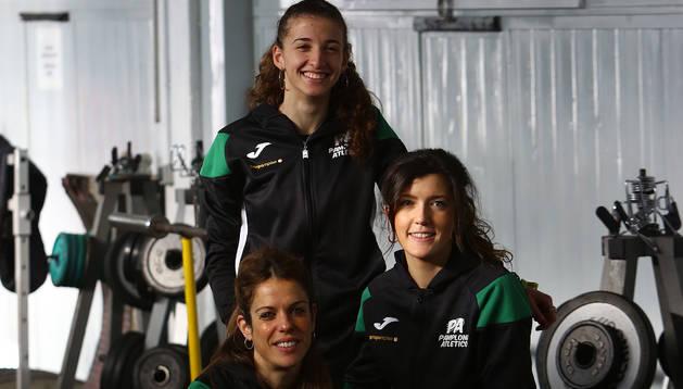 De arriba abajo, Nerea Bermejo, Izaskun Turrillas y Maitane Melero, en el gimnasio de Larrabide.