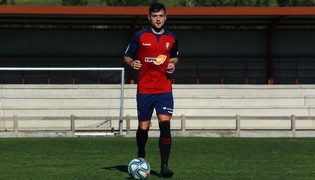 José Arnaiz conduce el balón en un campo de Tajonar durante su presentación con el C.A. Osasuna.