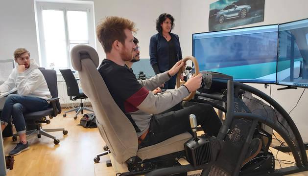 Cristina Olaverri, supervisando una prueba de conducción.