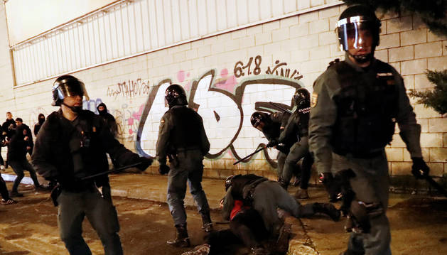 Agentes de policía arrestan a una persona por los incidentes en la jornada de protestas del 30 de enero.