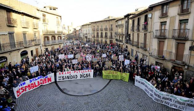 Foto de alcaldes de los pueblos presentes en la marcha y representantes junto al consistorio.