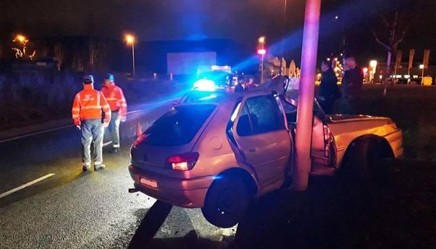 Foto de un coche accidentado en el polígono industrial de Mutilva Baja tras salirse de la vía y chocar contra una farola.