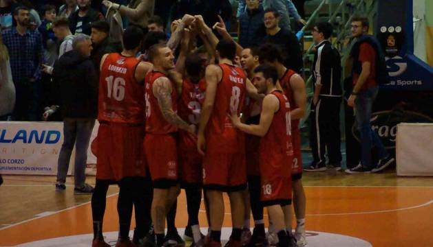 Los jugadores del Basket Navarra celebran el triunfo logrado ayer ante el CB Morón.