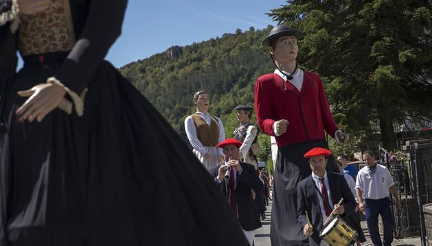 Foto del pasacalles de los gigantes en fiestas de Ochagavía de 2019.
