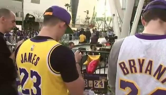 Tributo de miles de fans a Kobe Bryant en el Staples Center