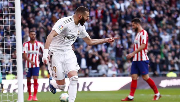 Karim Benzema celebra el gol que daría la victoria al Madrid ante el Atlético.