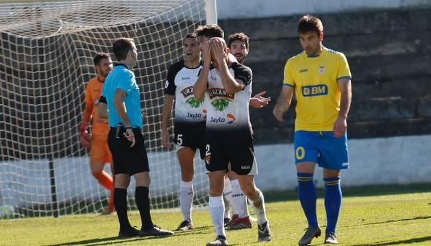 Lalaguna, Marcos Isla, Delgado y Diego Suárez reaccionan a la decisión del colegiado de señalar el penalti que supuso el 2-2.