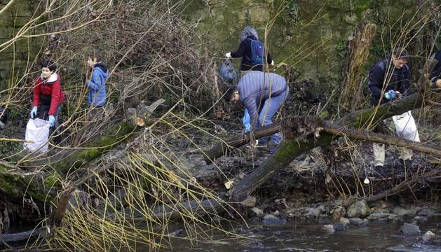 400 voluntarios, convocados por Alianza por el Clima, limpiaron el Arga.