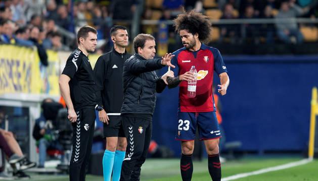 Arrasate da instrucciones a Aridane en el partido Villarreal-Osasuna.