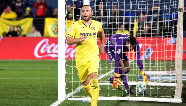 Santi Cazorla celebra el tercer gol mientras Sergio Herrera recoge el balón de las redes.