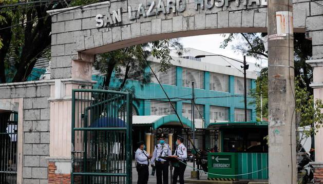 Foto de Personal de seguridad, de guardia en la entrada del Hospital San Lázaro, donde se confirmó la primera muerte por coronavirus fuera de China.