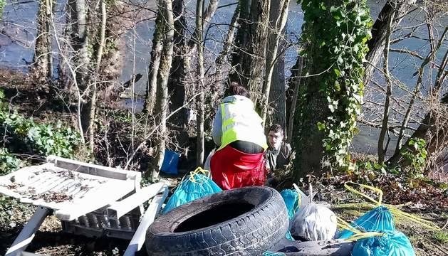 Foto de voluntarios en pleno trabajo en las cercanías del puente de Landaben.