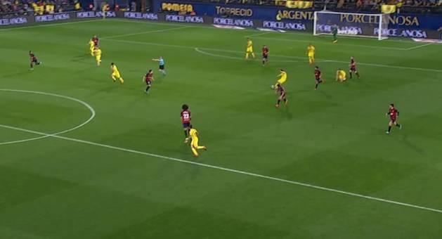 1-0 TRIGUEROS-ALCÁCER. El medio lanza el pase al punta, que parte de su campo. No es fuera de juego.
