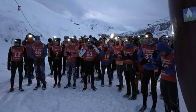Foto de varias decenas de corredores, en la pasada edición del snowrunning celebrado en Larra-Belagua.