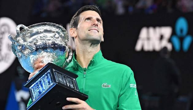 Foto de Djokovic, con su trofeo de ganador en el Open de Australia.
