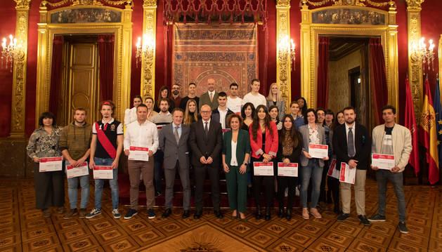 Foto del consejero Gimeno y responsables del Departamento de Educación junto al alumnado reconocido con los premios extraordinarios de FP.