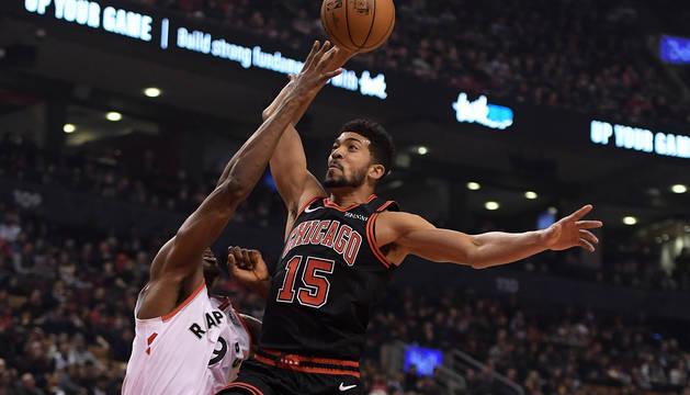 Serge Ibaka (izda.) trata de frenar al jugador de Chicago Bulls Chandler Hutchison.