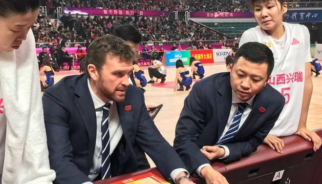 El entrenador pamplonés César Rupérez da indicaciones a sus jugadoras del Shanxi Riu Flame.