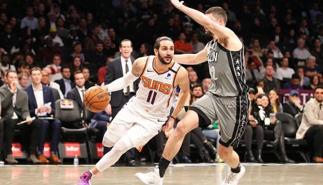Ricky Rubio conduce el balón con la defensa de los Nets, Joe Harris.