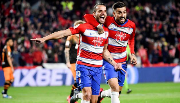 Foto de Roberto Soldado celebrando, junto a Álvaro Vadillo, el primero de sus goles en el partido de Copa del Rey ante el Granada.