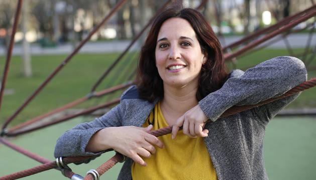 La pamplonesa Cristina Saraldi, el martes por la tarde, en la pirámide de cuerdas de juego infantil del Parque de Antoniutti.