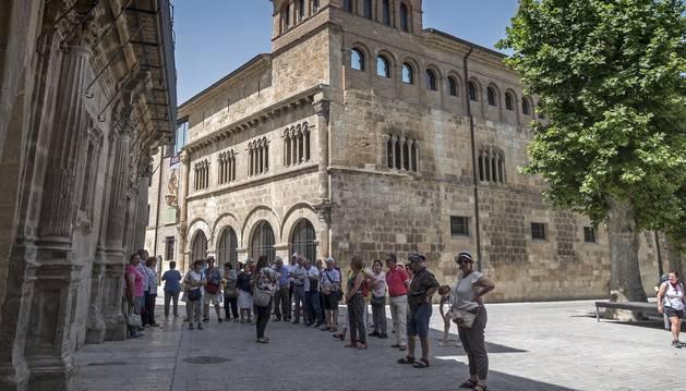 Un grupo de turistas, durante una visita guiada en el barrio monumental de Estella.