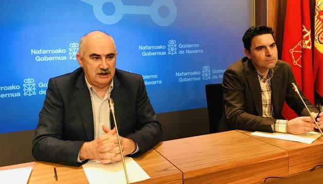 Foto del consejero de Vivienda, José María Aierdi, junto al director gerente de Nasuvinsa, Alberto Bayona.