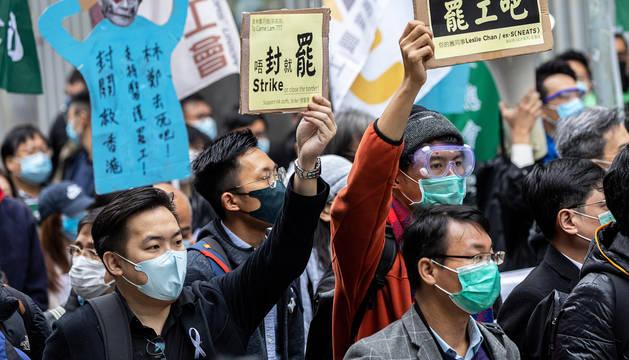Trabajadores de la sanidad china protestan frente a la sede del Gobierno en Hong Kong.