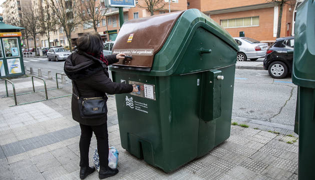 Una vecina utiliza la tarjeta para abrir el contenedor en el barrio de Azpilagaña.
