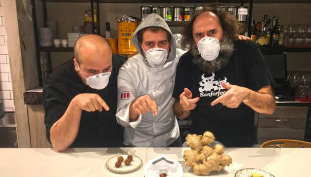 Foto de Luken Vigo, Iñaki Andradas y Mikel Urmeneta, creadores de la croquetavirus.