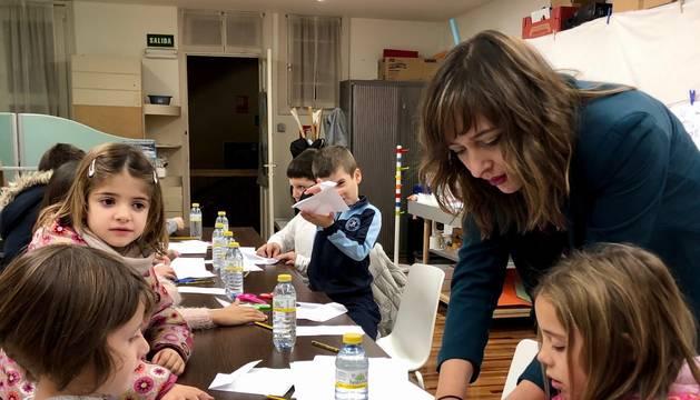 Leila Chivite enseñó a los niños asistentes al taller de papiroflexia cómo elaborar pequeñas figuras de papel.